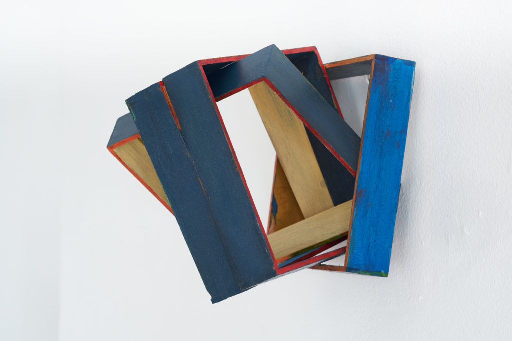 The painted wood wall images are approx. 40 x 40 x 40 cm